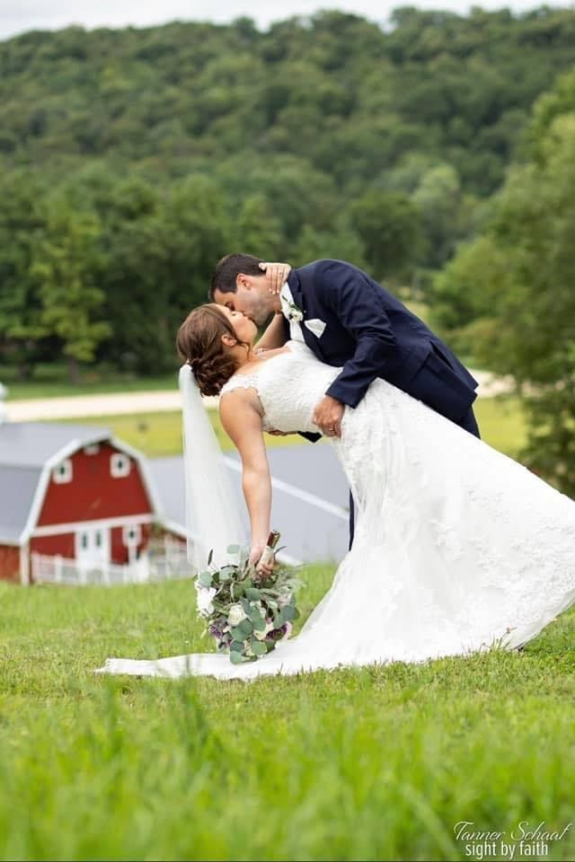 Couple marries at barn venue in Minnesota