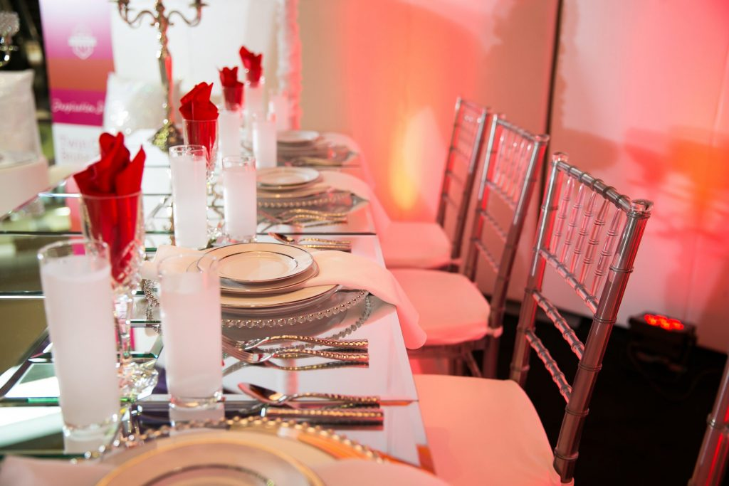 Red and white wedding table decor ideas