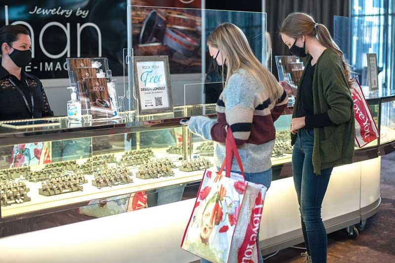 Bride and maid of honor meet jeweler at Unveiled Minneapolis 2021