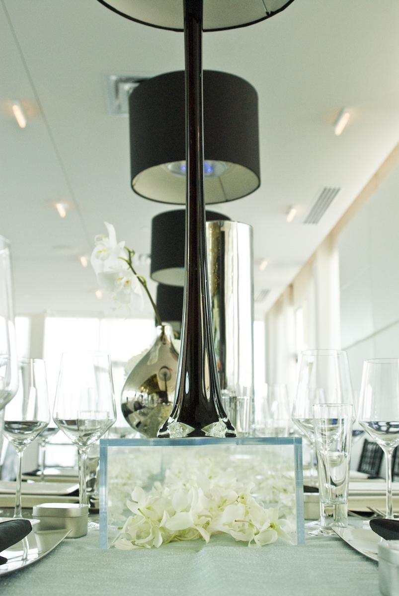 Black lamps as wedding deocr