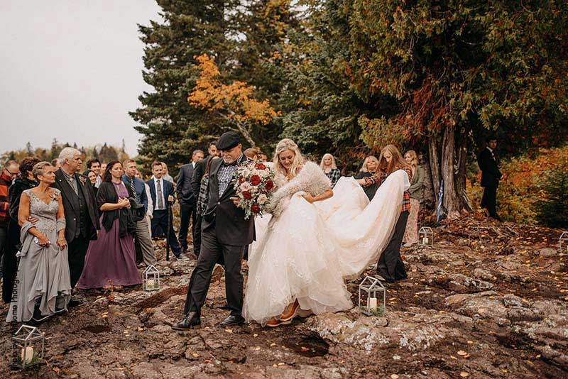 Father walks bride down aisle at Lutsen Resort