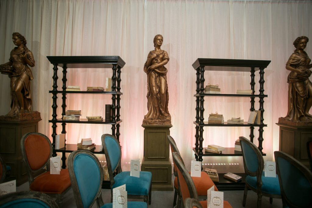 Gold statue as wedding aisle decor at the Trend Wedding Experience in Minneapolis