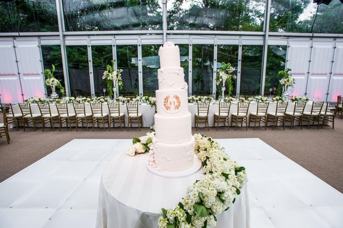 Whit luxury wedding cake with hydrangea garland